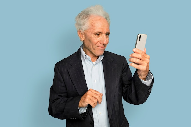 Videoanrufe des älteren mannes auf digitalem smartphone-gerät