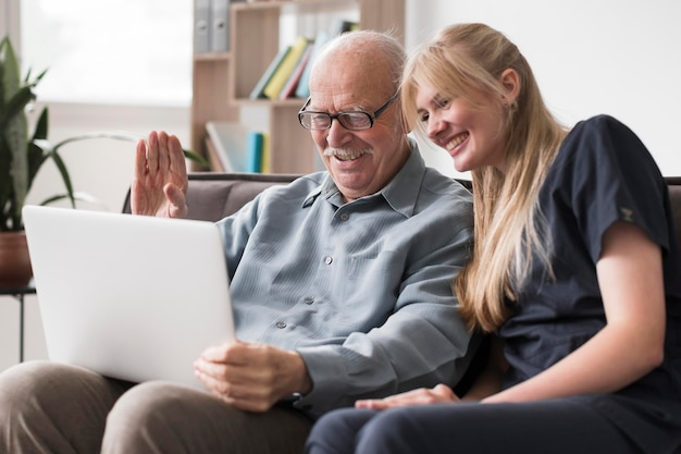 Videoanruffamilie des alten mannes vom pflegeheim