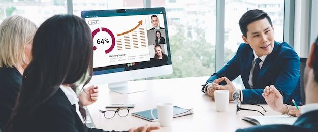 Videoanrufgruppe geschäftsleute treffen sich an einem virtuellen arbeitsplatz oder einem remote-büro