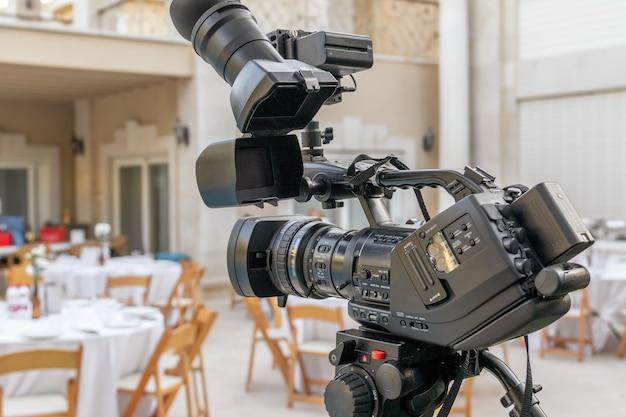 Videoaufnahmen bei der veranstaltung. camcorder mit lcd-display.