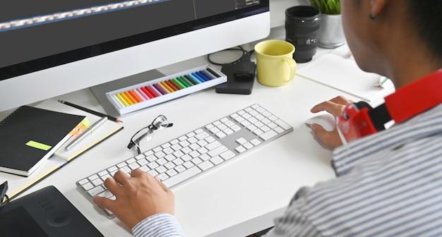 Videobearbeitung mit einem professionellen computereditor, der farbkorrekturmaterial hinzufügt.