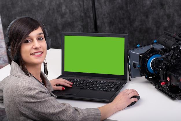 Videoeditor der jungen frau, der im studio arbeitet
