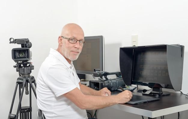Videoeditor in seinem studio