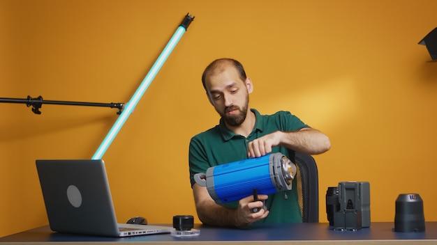 Videofilmer-aufnahme-tutorial über neues kinolicht im studio. professionelle studio-video- und fotoausrüstungstechnologie für die arbeit, fotostudio-social-media-star und influencer