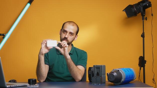 Videofilmer, der mini-leds für die videoproduktion überprüft. professionelle studio-video- und fotoausrüstungstechnologie für die arbeit, fotostudio-social-media-star und influencer