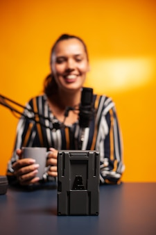 Videofilmer filmt akku mit v-lock während des podcasts