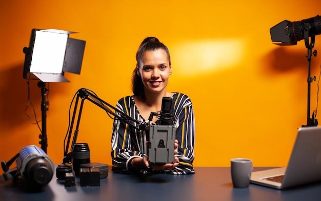 Videofilmer spricht während des podcasts über ausrüstung