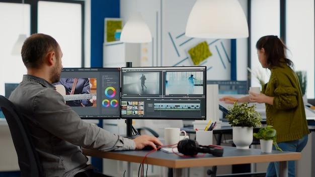 Videograf bearbeitet videoprojekte und schneidet filmmaterial und ton mit postproduktionssoftware