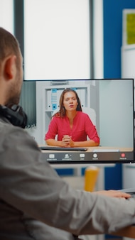 Videograf in web-online-konferenz mit projektmanager bei der bearbeitung von kundenarbeiten für videoanrufe, feedback zu kommerziellen filmen mit postproduktionssoftware