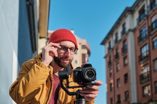 Videographer mit dslr-kamera auf einem motorisierten gimbal