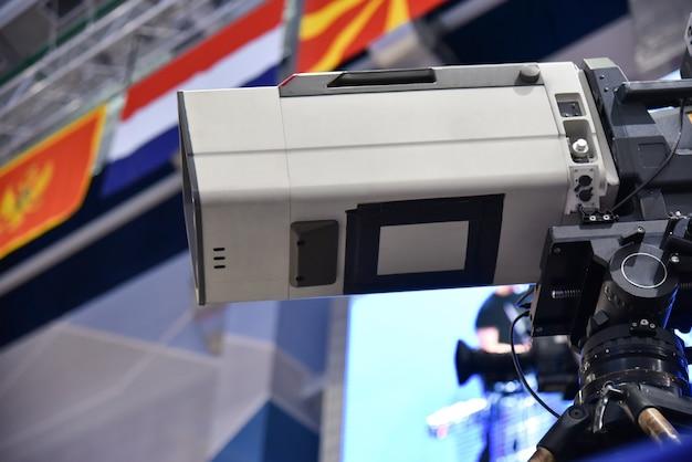 Videographer schießt ein internationales sportturnier mit einer professionellen kamera