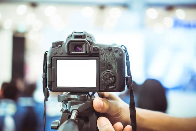 Videojournalist mit kamera mit lcd-leerem bildschirm