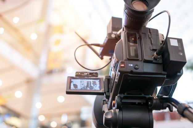 Videokamera, die filmaufnahme der eröffnung im kaufhaus aufzeichnet