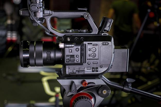 Videokamera in einer filmkulisse