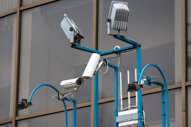 Videokamera-sicherheitssystem an der wand des gebäudes.