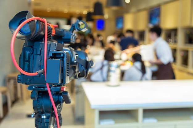 Videokamera stehen in der kochschule bereit.