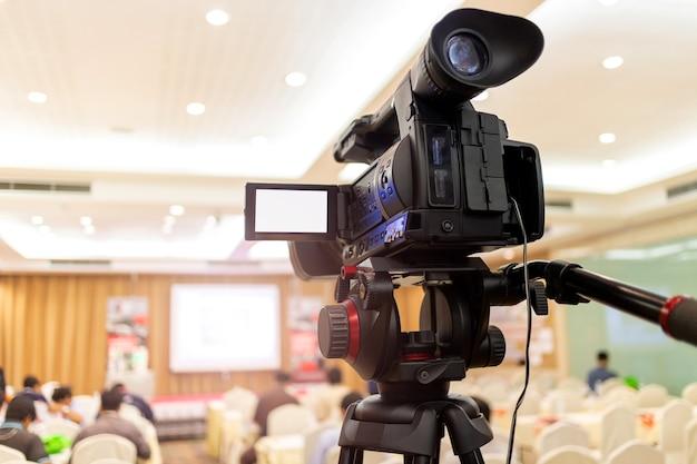 Videokamera stellte rekordpublikum in konferenzsaal-seminarveranstaltung ein. firmenmeeting, messe, kongresszentrum, unternehmensankündigung, redner, journalismusbranche