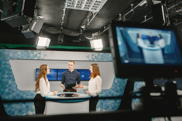 Videokamera-sucher - aufnahmeshow im tv-studio - fokus auf kamera.