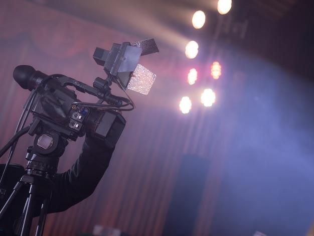 Videokamerabediener, der in der geschäftsparty arbeitet