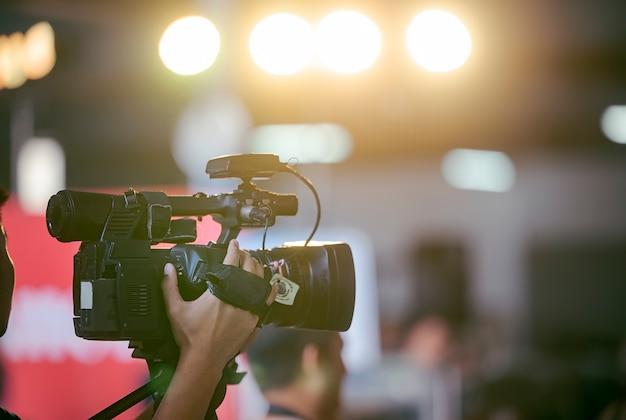 Videokameraführer, der mit seiner ausrüstung arbeitet