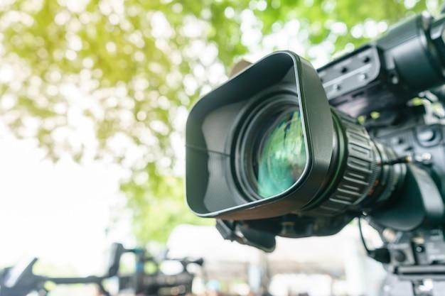 Videokameraobjektiv - aufzeichnende show im fernsehstudio - fokus auf kameraöffnung