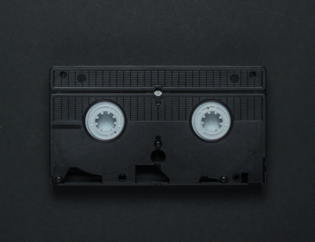 Videokassette auf einem schwarzen hintergrund. retro-speichermedien, videoband. 80er jahre