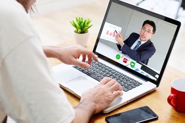 Videokonferenz, arbeit von zu hause aus, geschäftsmann, der einen videoanruf an einen mitarbeiter mit virtuellem web tätigt