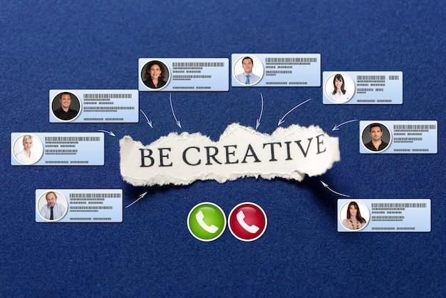 Videokonferenz, die in einem blauen hintergrund mit der nachricht stattfindet, sei kreativ