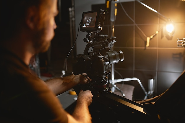 Videoproduktion hinter der bühne. hinter den kulissen der erstellung von videoinhalten dreht ein professionelles team von kameraleuten mit einem regisseur kommerzielle anzeigen. erstellung von videoinhalten, videoerstellungsindustrie.