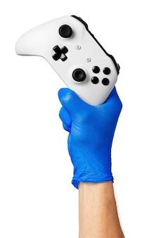 Videospielkonsolen-controller in spielerhandschuhen. spiele während der isolation zu hause, coronavirus