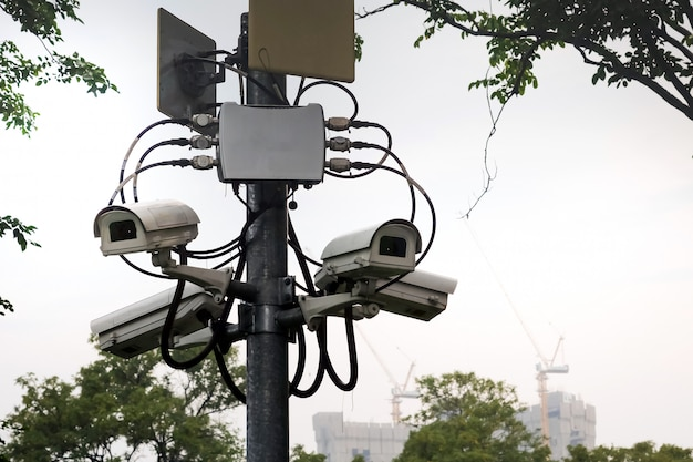 Videoüberwachung an der stange zur sicherung der parkbereiche.