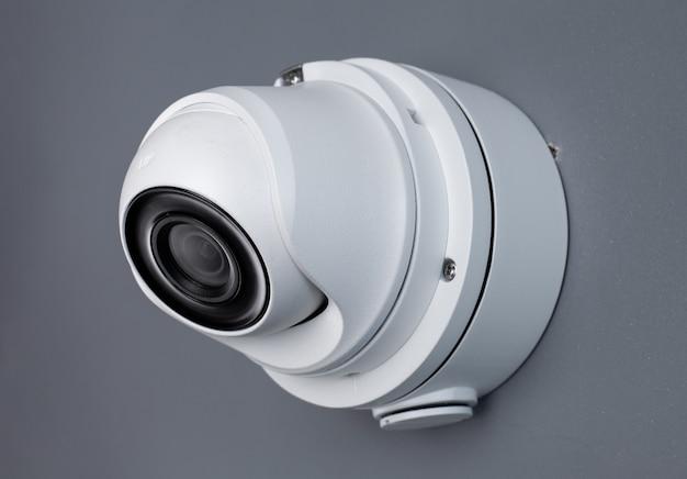 Videoüberwachung der cctv-kamera an der wand.