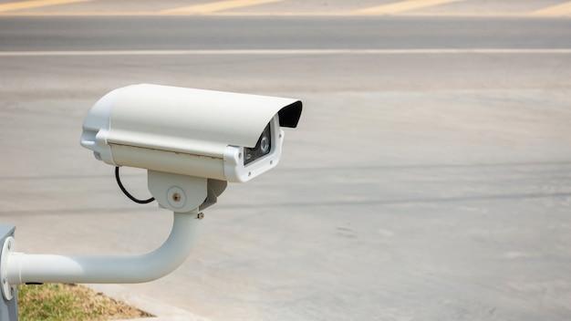 Videoüberwachungsanlage in der nähe einer straße