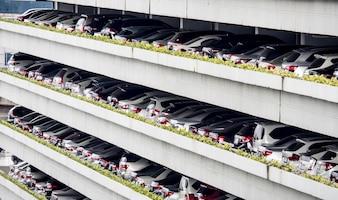 Viel Auto im mehrstöckigen Parkhaus: Konzept der Öko-Welt