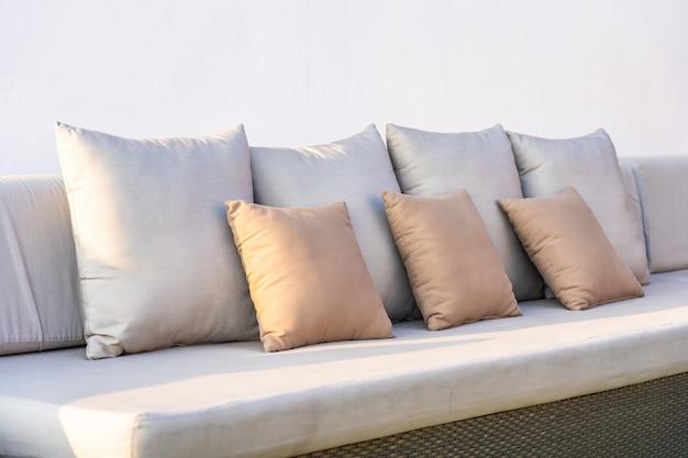 Viel bequemes kissen auf sofa dekoration innenraum des raumes
