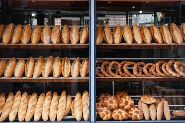 Viel brot auf dem schaufenster in der bäckerei istanbul.
