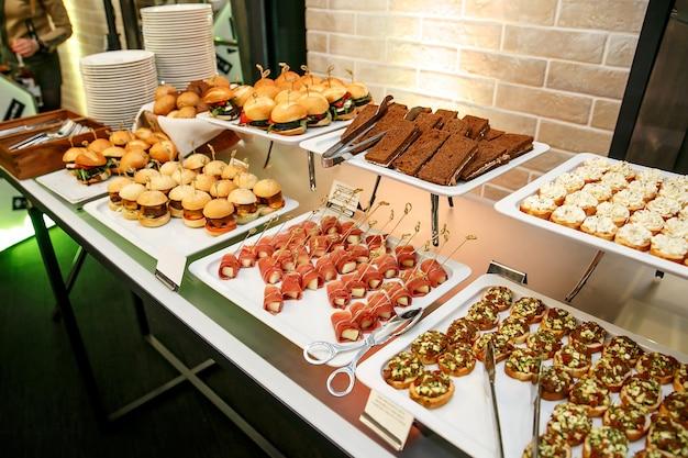 Viel essen und snacks im event catering