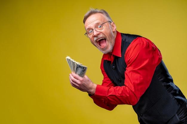 Viel geld in händen. dollar in händen. mann hält dollarstapel von dollarscheinen.