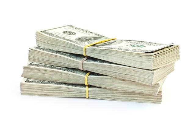 Viel geld isoliert auf weißer fläche