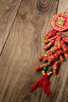 Viel glück feuerwerkskörper chinesisches neujahr oder mond neujahr 2021 dekoration auf holztisch