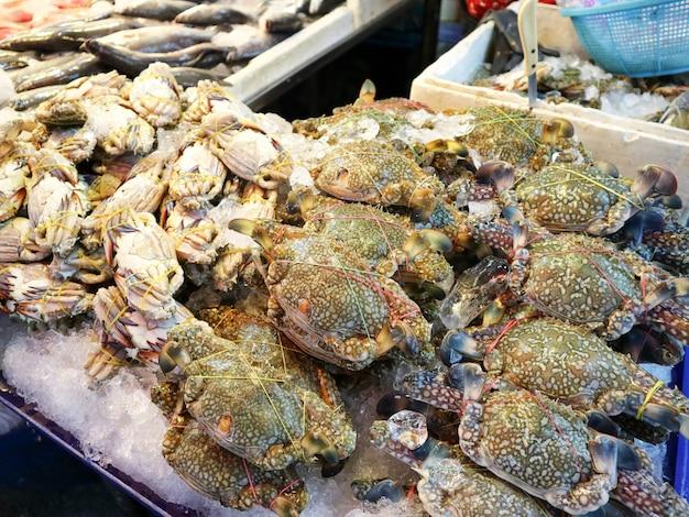 Viel krabbe rostfreier tischverkauf im meeresfrüchtemarkt für wochenende