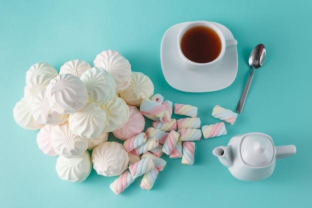 Viel lebhafter marshmallow auf aquamarinhintergrund