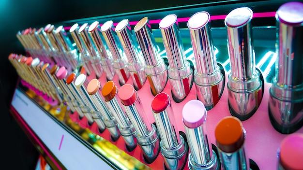 Viel lippenstift auf regal, multi farbe und großaufnahme, lippenstifthintergrund
