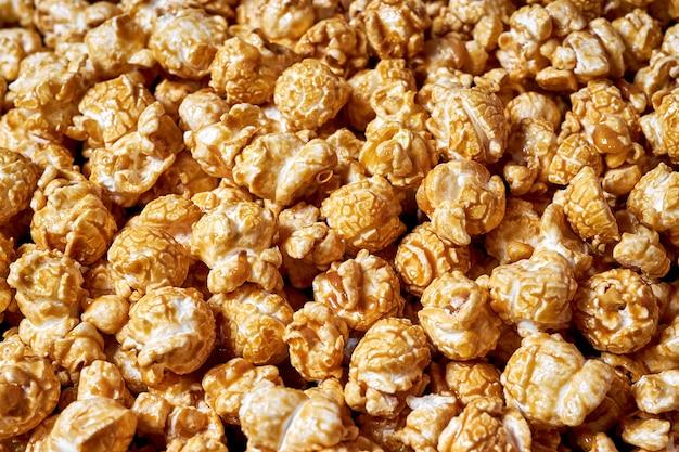 Viel popcorn mit süßer karamell-nahaufnahme für filme