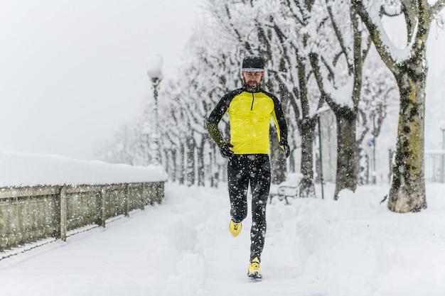 Viel schnee auf den straßen mit einem läufer, der trainiert
