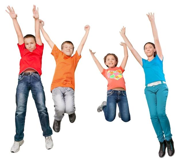 Viel spaß beim springen verschiedener kinder isoliert auf weißem hintergrund