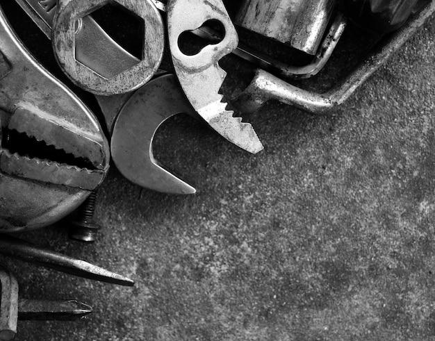 Viel werkzeug auf zementboden