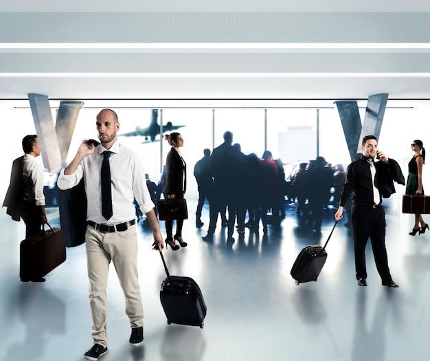 Vielbeschäftigte geschäftsleute warten am flughafen auf ihren flug