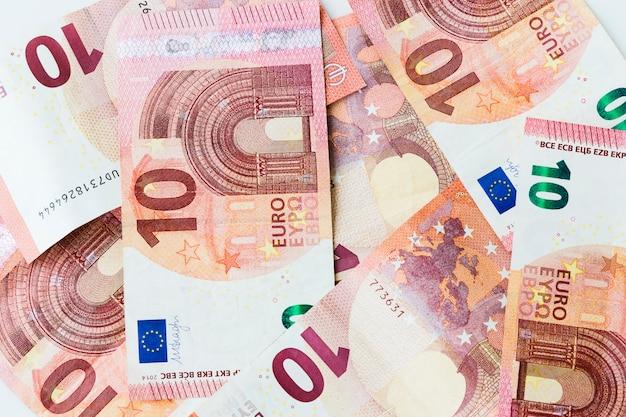 Viele 10-euro-banknote verstreut auf einem tisch