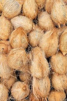 Viele alte braune kokosnüsse auf einem haufen